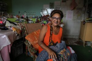 Jacira bordou as peças que serão desfiladas na SPFW durante as sessões de hemodiálise Foto: Amanda Perobelli/ Estadão
