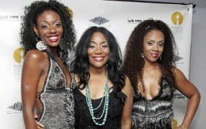 "Camille Sledge (esquerda), Joni Sledge (centro) e Amber Sledge formavam o Sister Sledge. Na imagem, as irmãs participam da festa de lançamento de CD & DVD ""We are family"" em NY (Foto: Bryan Bedder / Getty Images / AFP Photo)"