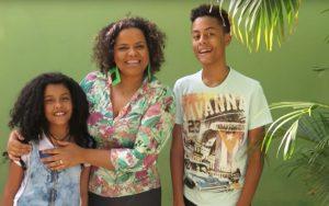 YouTube/ Reprodução Egnalda e seu filho Pedro Henrique têm canais no YouTube em que falam sobre diversos temas, incluindo o racismo