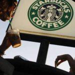 É dia de treinamento contra o racismo no Starbucks