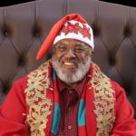 Papai Noel negro faz sucesso em shopping no interior