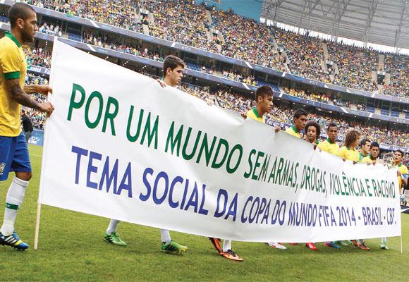 https://revistaraca.com.br/wp-content/uploads/2016/10/A_histria_do_racismo_no_futebol_brasileiro.jpg
