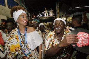 A força do Ilê levou emoção a quem estava no desfile do bloco como a repórter Itana (E)