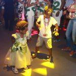 Filhos de Lázaro Ramos e Taís Araújo se divertem no carnaval da Bahia