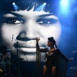 Larissa Luz faz show no Rio Vermelho com tom empoderador