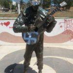 Estátua do primeiro palhaço negro do Brasil é pichada com símbolo nazista em MG