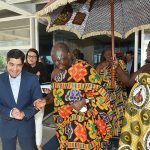 Em encontro, prefeito recebe Rei de Gana para tratar de projetos sociais