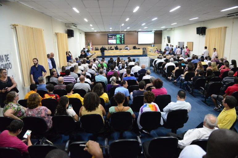 https://revistaraca.com.br/wp-content/uploads/2017/11/Com-previsão-de-plenário-cheio-a-câmara-distribuiu-senhas-para-os-interessados-em-assistir-a-sessão__João-Carlos-Nascimento-O-Liberal-3-771x515.jpg