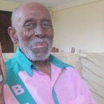 Youtuber aos 93 anos, Nelson Sargento brinca sobre seu celular velho: 'Só liga e recebe chamada'