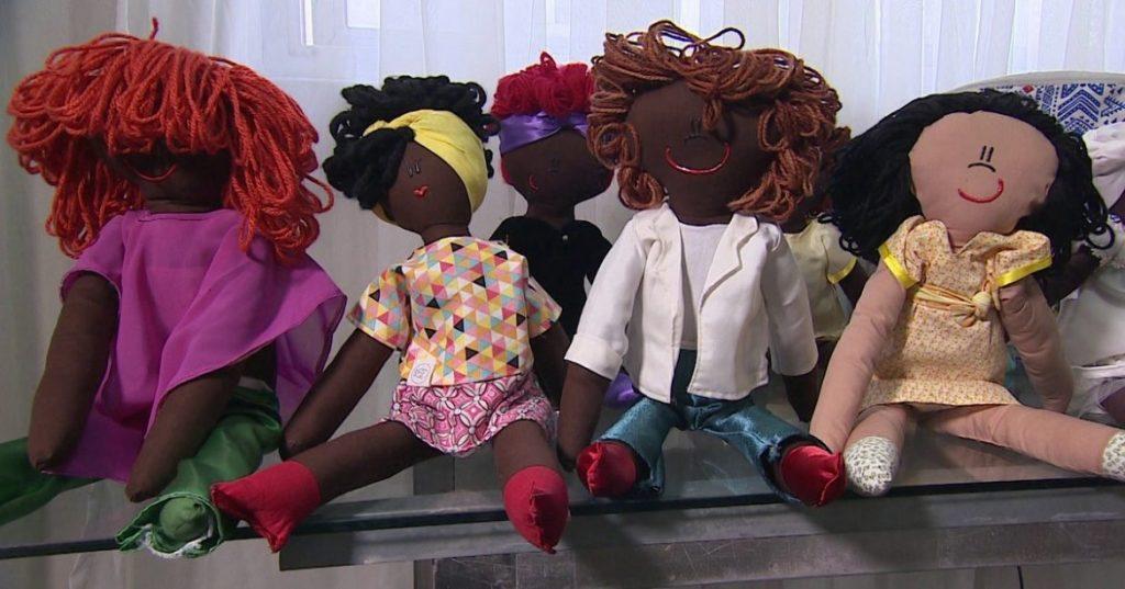 https://revistaraca.com.br/wp-content/uploads/2018/03/atelie-de-brinquedos-faz-sucesso-fabricando-bonecos-negros-g1-1170x614-1024x537.jpg