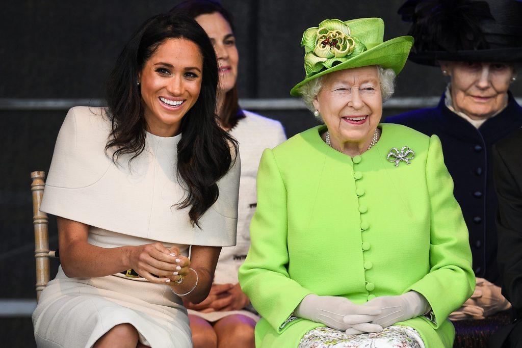 https://revistaraca.com.br/wp-content/uploads/2018/06/rainha-elizabeth-ii-meghan-markle-evento-sorrindo-1024x683.jpg