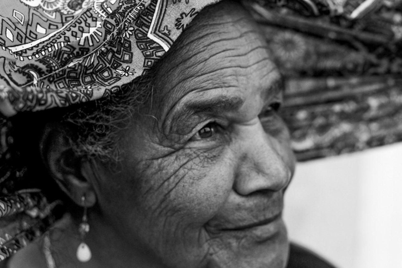 https://revistaraca.com.br/wp-content/uploads/2020/05/8-Rio-de-Contas_-Senhora-sendo-coroada-com-turbante-por-Thaís-Muniz.-1280x854.jpg