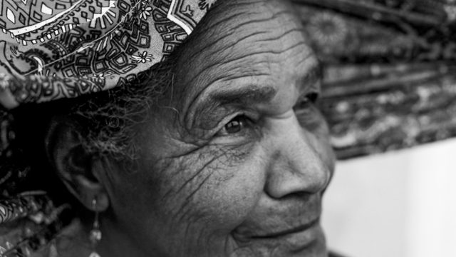 https://revistaraca.com.br/wp-content/uploads/2020/05/8-Rio-de-Contas_-Senhora-sendo-coroada-com-turbante-por-Thaís-Muniz.-640x360.jpg