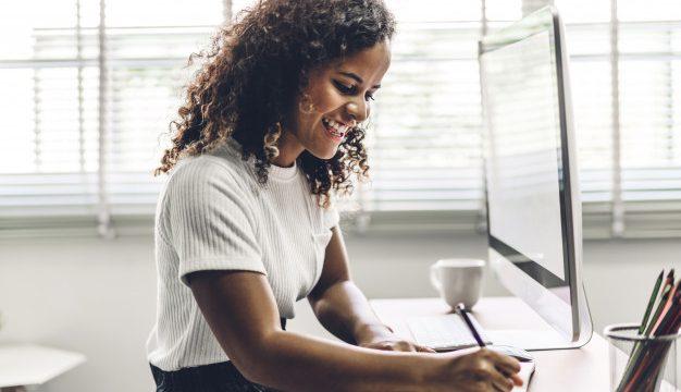 https://revistaraca.com.br/wp-content/uploads/2020/06/afro-americana-mulher-negra-trabalhando-com-computador-portatil-pessoas-de-negocios-criativas-planejando-e-usando-a-caneta-no-loft-de-trabalho-moderno_38019-1113-626x360.jpg