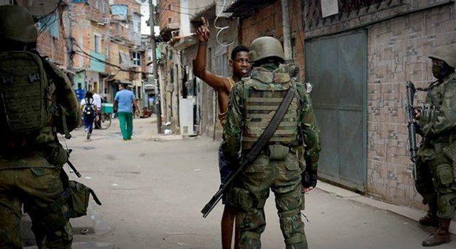 https://revistaraca.com.br/wp-content/uploads/2020/06/policia-admite-que-aborda-mais-negros-mas-nega-racismo-640x350.jpeg