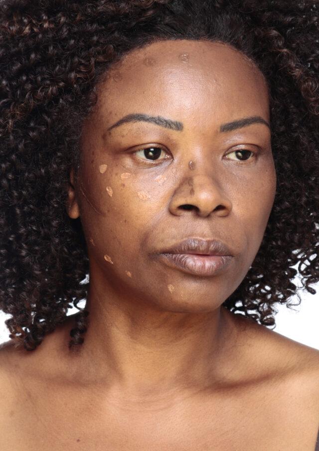 Uma das grandes dicas de maquiagem para a pele madura é a boa hidratação e uma base mais fluida. Caso sua base seja mais grossa, misture-a com o seu hidratante. Aqui, utilizei dois tons de base para ficar de acordo com os tons da pele.